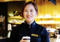 커피를 매개로 고객과 커뮤니케이션하는 바리스타