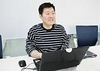 고객 만족을 위해 프로그램을 구축하는 개발자