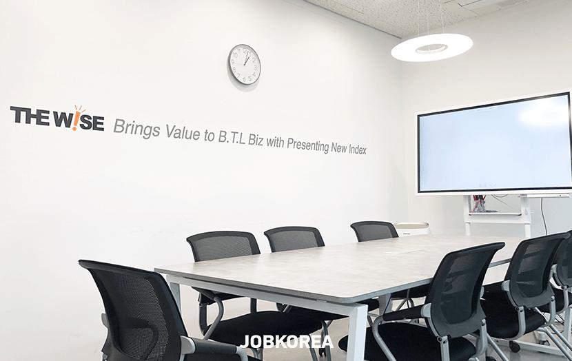 더 효율적인 커뮤니케이션을 위한 쾌적한 회의실 사진 - 이미지 확대