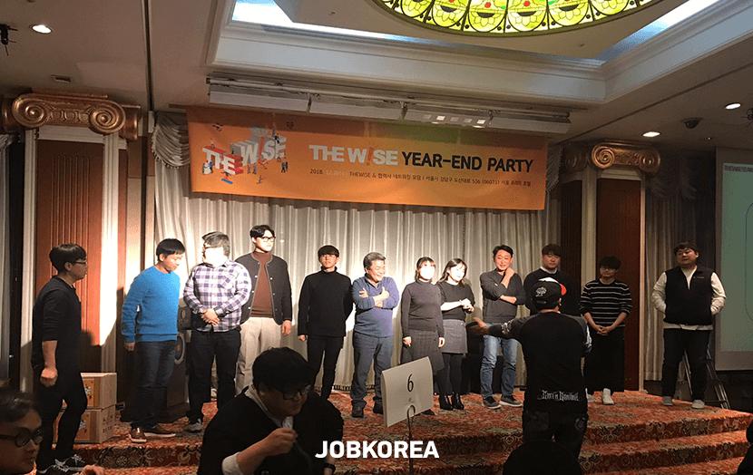 한 해를 마무리하며 모든 임직원이 모여 즐거운 송년회 사진 - 이미지확대